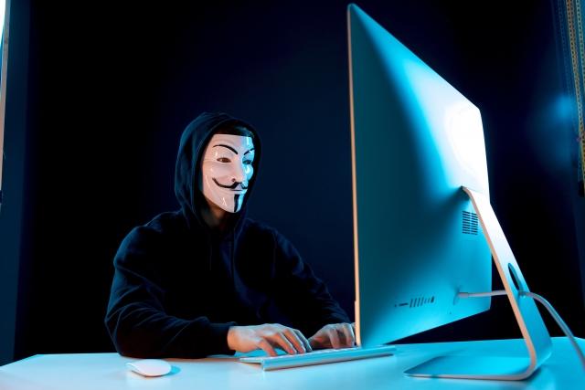 情報を盗むハッカー