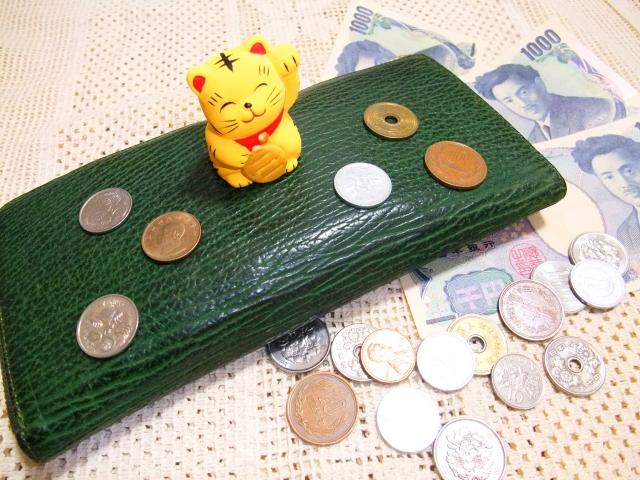 小さい招きネコと財布とお金