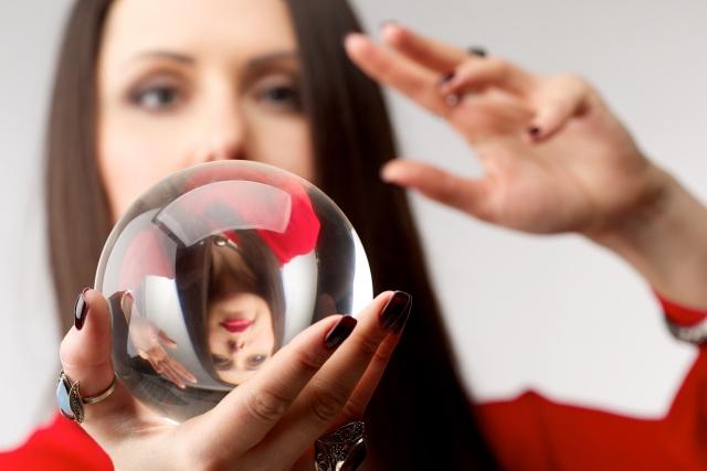 占い師と顔が映る水晶