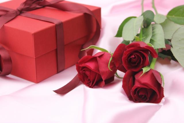 プレゼントボックスとバラ