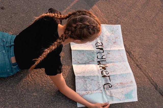 地図を見る女の子