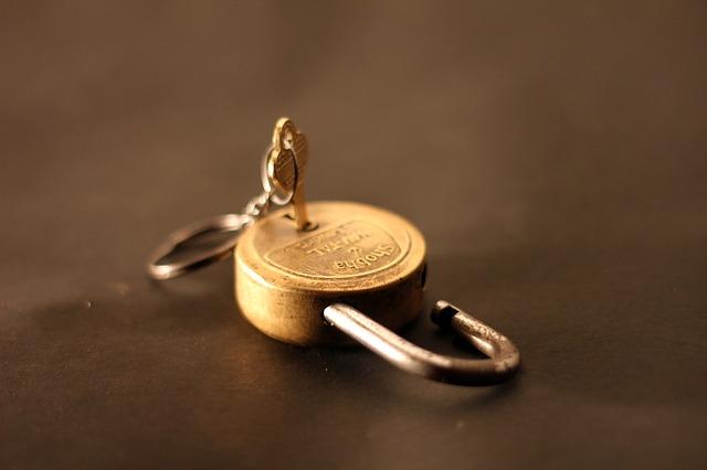 南京錠と刺さっている鍵