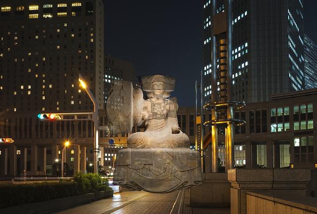 東京のビルと仏像