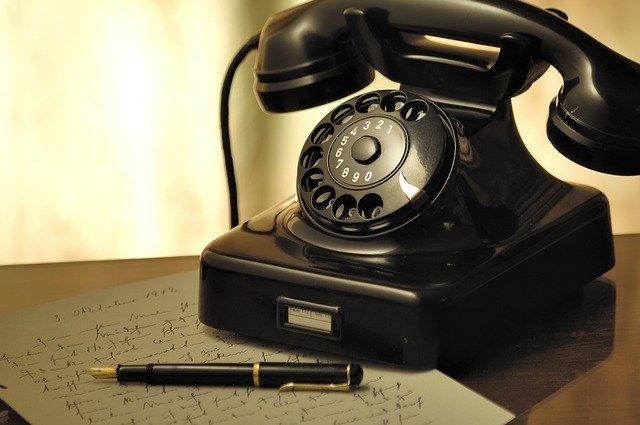 古い電話とペン